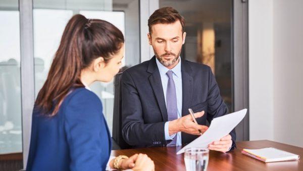 HR adviseur in gesprek met medewerker op kantoor