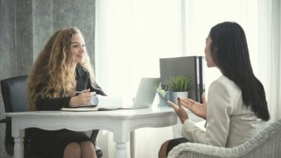 HR adviseur in gesprek met medewerker