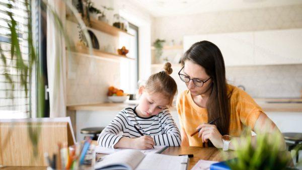 Alleenstaande moeder geeft thuis les